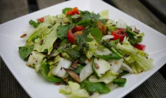 Salade met geroosterde pitten en basilicum dressing