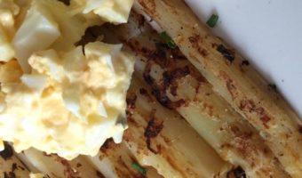 Knoflook asperges uit de pan