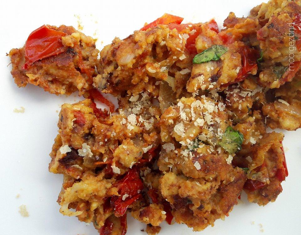 roerei, kikkererwten, vegan, tomaten, basilicum, ui, edelgistvlkken