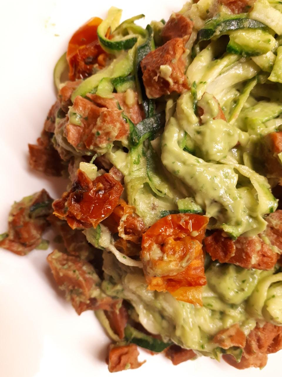 courgette, courgetti, vegetarisch, zongedroogde tomaat, pasta, groente, avocado, basilicum